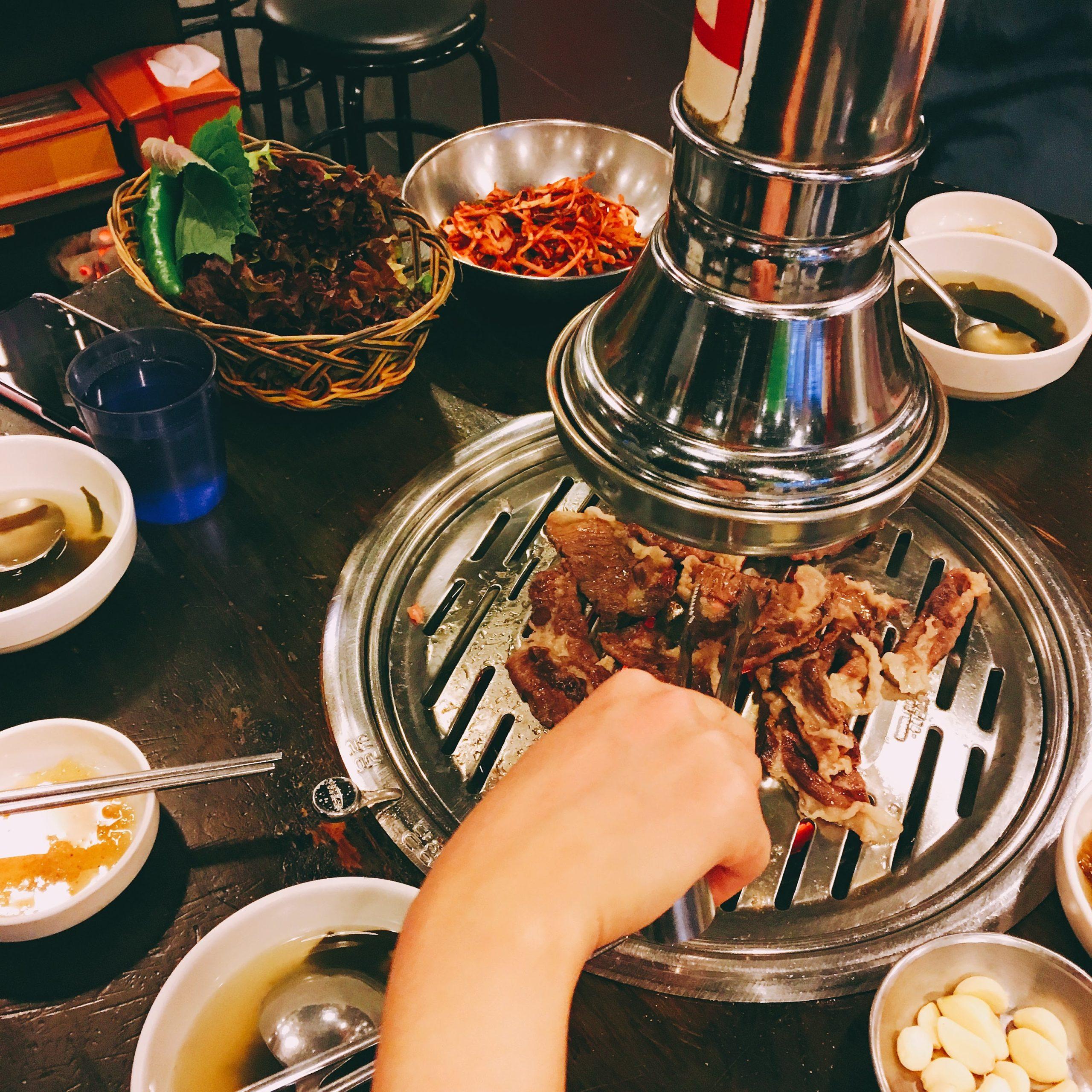 韓國首爾|明洞必吃烤肉 新村食堂韓式烤肉 美味又經濟實惠 阿珠媽人好又熱情烤的肉也多汁好吃